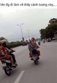 Hình ảnh cháu bé (áo vàng) nghi là cháu Nghĩa, đang bị 2 người chở đi bằng xe máy tại khu vực Sài Đồng, Long Biên, Hà Nội mà người dân cung cấp cho gia đình cháu Nghĩa.