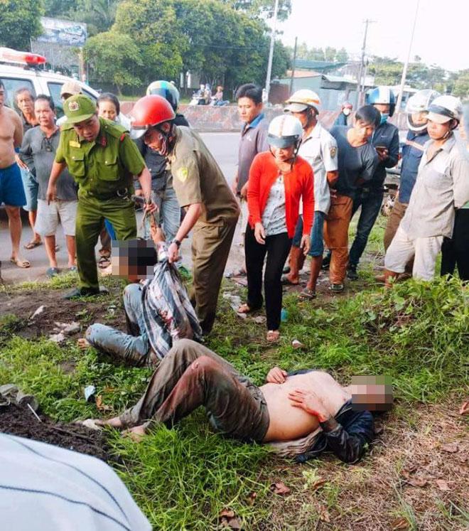 2 đối tượng bị người dân đánh tới tấp tại hiện trường
