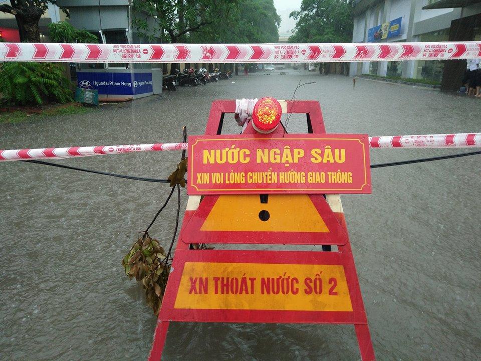 Khu vực trước cổng Viện 198 đầu đường Phạm Hùng cấm xe vào do nước ngập sâu