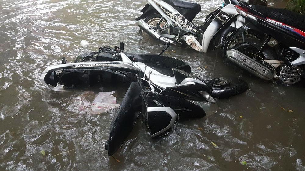 Xe máy bị sóng đánh đổ