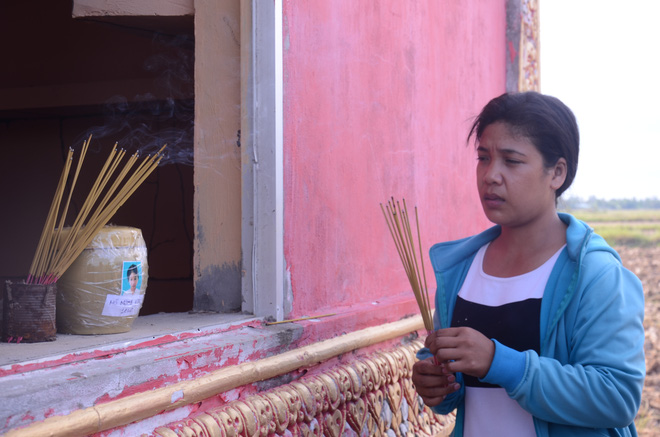Chị Lợi đau xót đến thắp hương cho con tại chùa