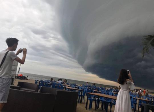 Sau khoảng 10 phút xuất hiện, đám mây có hình thù kỳ lạ bắt đầu tan ra, bầu trời trở lại bình thường