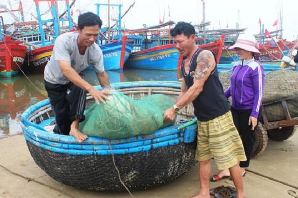 Xã đòi trích tiền đền bù cho ngư dân để cán bộ kiểm kê đi du lịch