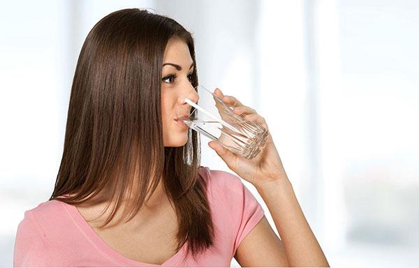 Không nên uống nước trước khi đi ngủ tránh gây hại đến sức khỏe của bạn