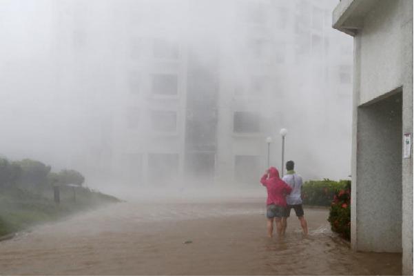 Nhiều ngôi nhà sụp đổ do siêu bão đổ bộ,m tàn phá