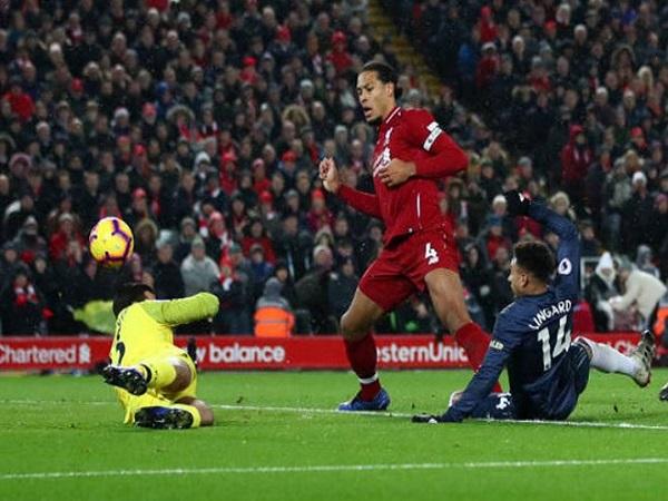 Liverpool trở lại ngôi đầu Premier League